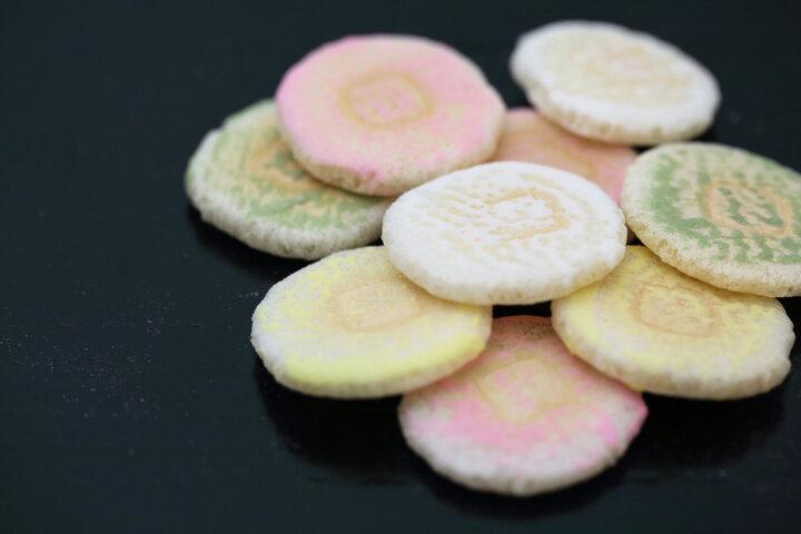 「末富ブルー」で知られる京都・室町の「京菓子司 末富」で、重ね色目の和菓子にうっとり