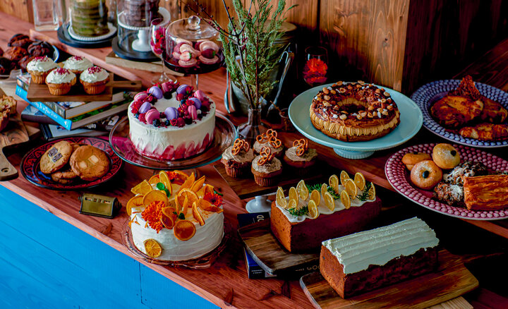 海外にいるかのような空間とカラフルなデコレーションケーキが並ぶカフェ「CROSSROAD」