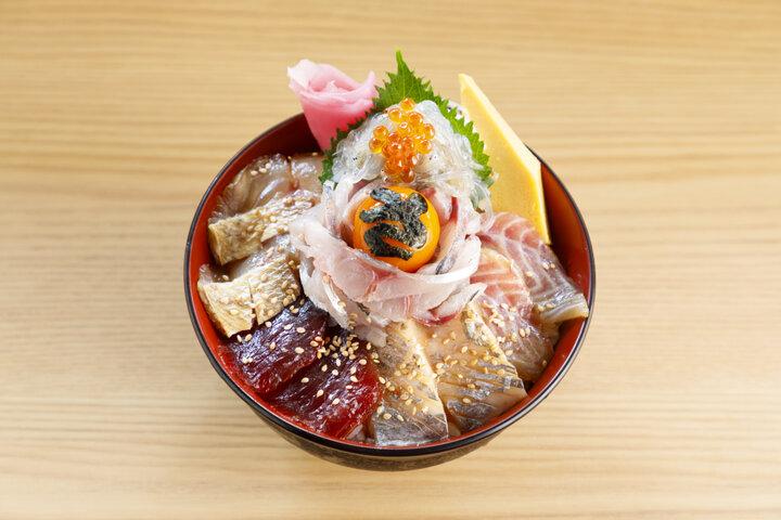 小田原漁港の朝獲れの鮮魚を贅沢に味わう「さじるし食堂」