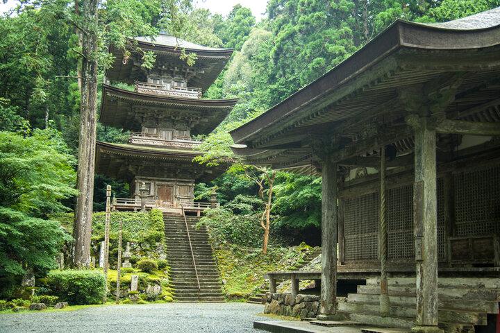 非日常を感じさせる山に囲まれた国宝「明通寺」