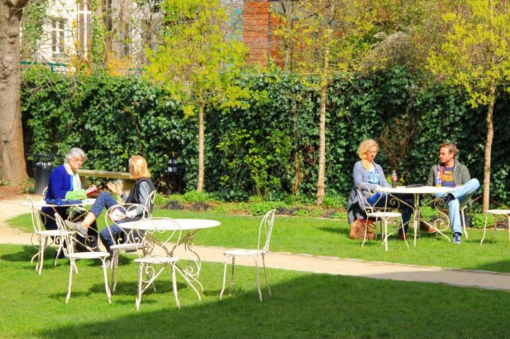 パリの人達の憩いの場「ルノワールの庭」でほっと一息