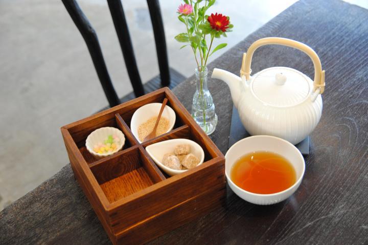 かわいい茶箱つきのドリンクも