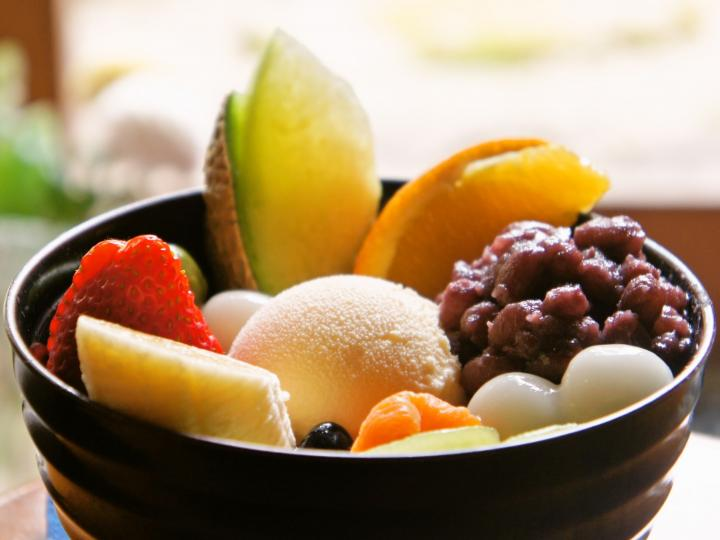 """大きくカットされた新鮮フルーツがたっぷり♪ 金沢の甘味処で味わう、こだわりの""""クリームあんみつ"""""""