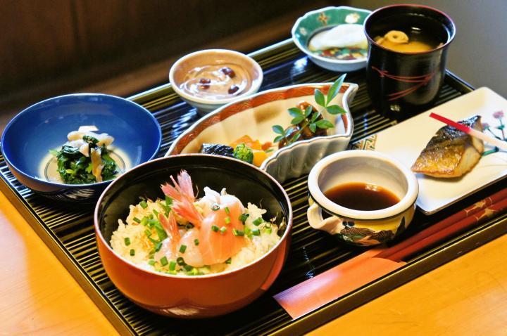 九谷焼のうつわで供される食事処「おいしいいっぷく鏑木」