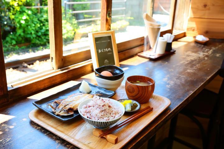 【第2位】鎌倉で暮らすように旅をする。江ノ電が目の前を走る、干物カフェ「ヨリドコロ」