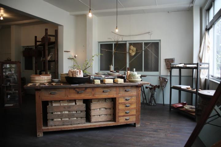 大阪・京町堀にたたずむ、日本の手仕事を集めた道具屋さん「hitofushi」