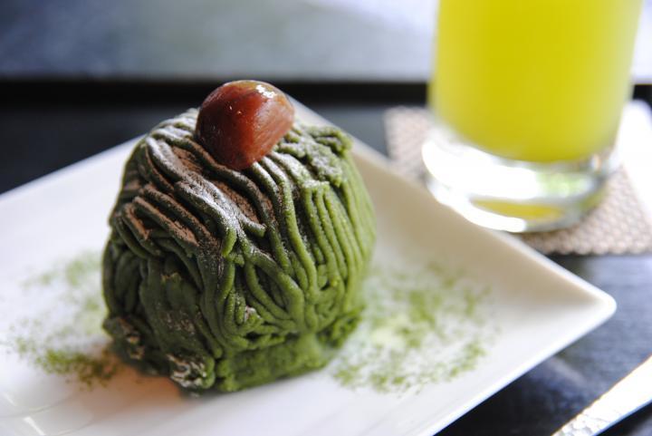 なかにも栗が丸ごと入った、濃厚な抹茶モンブランが人気♪屋上庭園のある「寿月堂 銀座 歌舞伎座店」