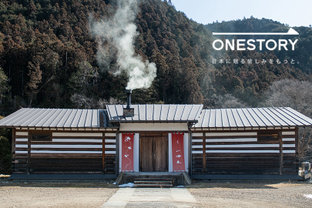 天然鮎がとれる清流のほとりで蕎麦をたぐる。[SHIMOIMAICHI HOPPING・山帰来/栃木県南小来川] by ONESTORY
