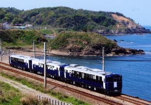 生演奏を楽しみながら、新潟のお酒と郷土料理に舌鼓。日本酒をコンセプトにした列車「越乃Shu*Kura」