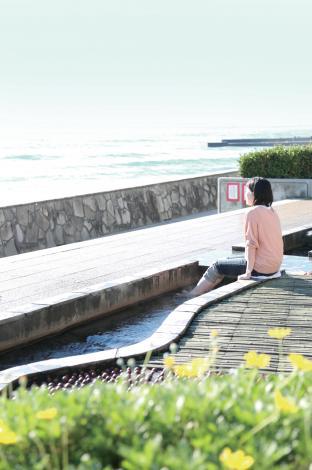 水平線を眺めながら足湯でほっこり「熱川ほっとぱぁーく」