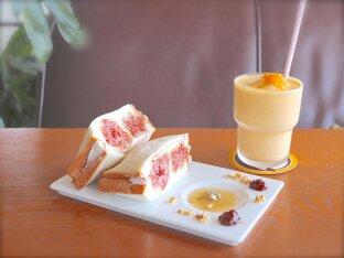 駒沢公園そばの一軒家カフェ「アヂト」でフルーツサンドやオリジナルパフェを