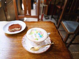 レトロな喫茶店で、金平糖を散らしたこだわりのコーヒーを/大阪・中崎町「珈琲舎 書肆アラビク」