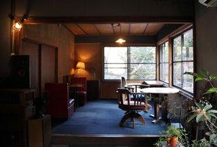 せせらぎと共にカレーやおやつを。温泉街の昭和レトロなカフェ「淵ト瀬」