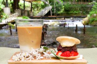 京都・奥貴船の川床カフェ「兵衛Cafe」で、涼やかな川風に吹かれて夏のひとときを