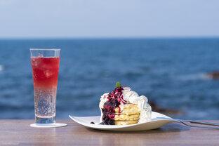 能登半島・珠洲市「しお・CAFE」で、海を眺めながらパンケーキを