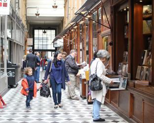 19世紀に迷い込んだよう。パリのアーケード街でアンティーク雑貨をお買いもの