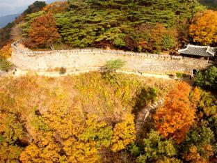 ソウルからひと足のばして、世界遺産で紅葉ハイキング&貴族のスープを味わいます
