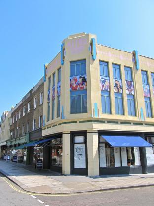 70軒近いアンティークショップが並ぶ「アルフィーズ・アンティーク・マーケット」