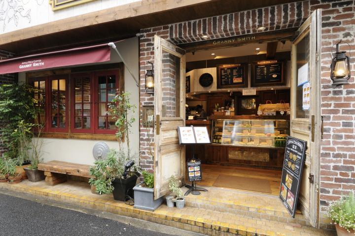 お店は表参道駅からすぐの骨董通り沿い