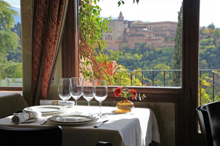 スペイン・アルハンブラ宮殿を眺めつつおいしい料理を味わえる贅沢なレストラン