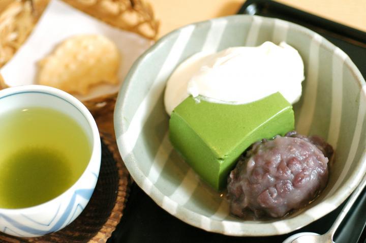 神楽坂「紀の善」で鮮やかなグリーンが美しい極上抹茶ババロアをいただく