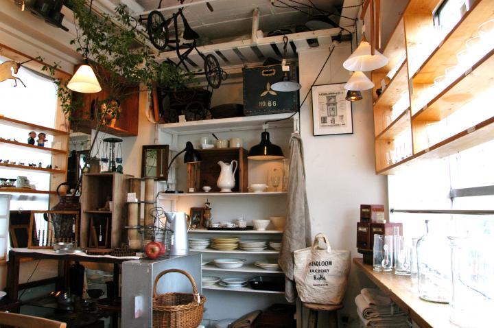 レトロなビルの6階にあるヨーロッパ系の古道具店「boil」