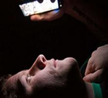 Brasileiro passa muito tempo no celular e subestima problemas de visão, diz especialista