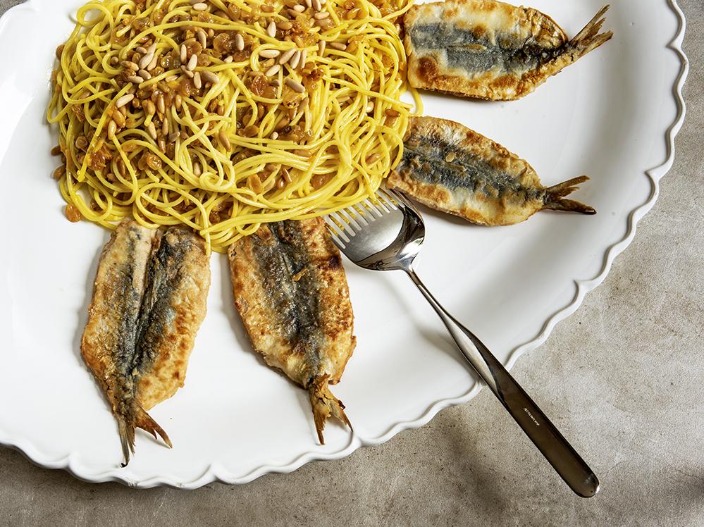 Espaguete com Sardinha, Erva-Doce e Pinoli