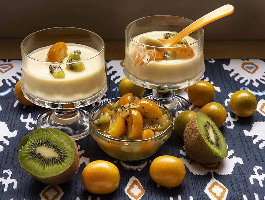 Mousse Gelada de Champagne com Calda de Kinkan e Kiwi