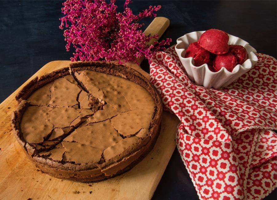 Bolo de Chocolate à Cantinho com Gelado de Morango