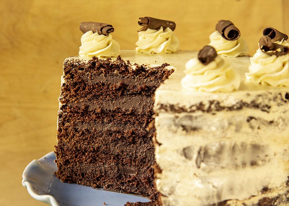 Bolo de Chocolate com Recheio de Ganache de Chocolate e Cobertura de Buttercream de Baunilha