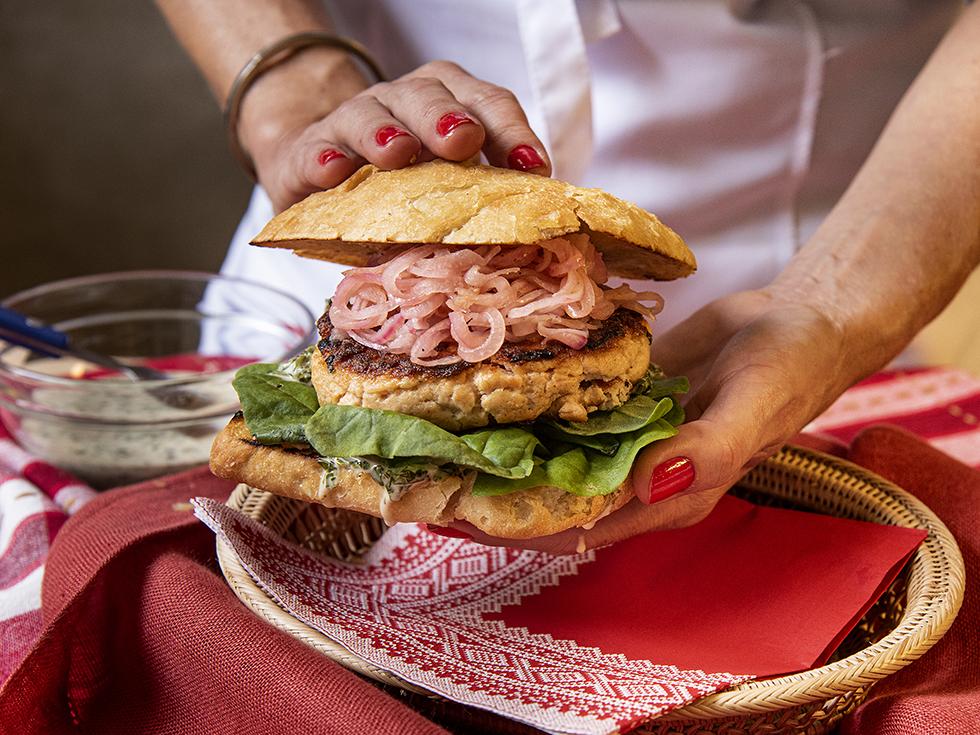 Hambúrguer de Salmão Fresco com Maionese de Salsinha e Limão