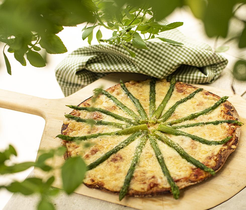 Pizza de Massa Integral de Aspargo e Três Queijos