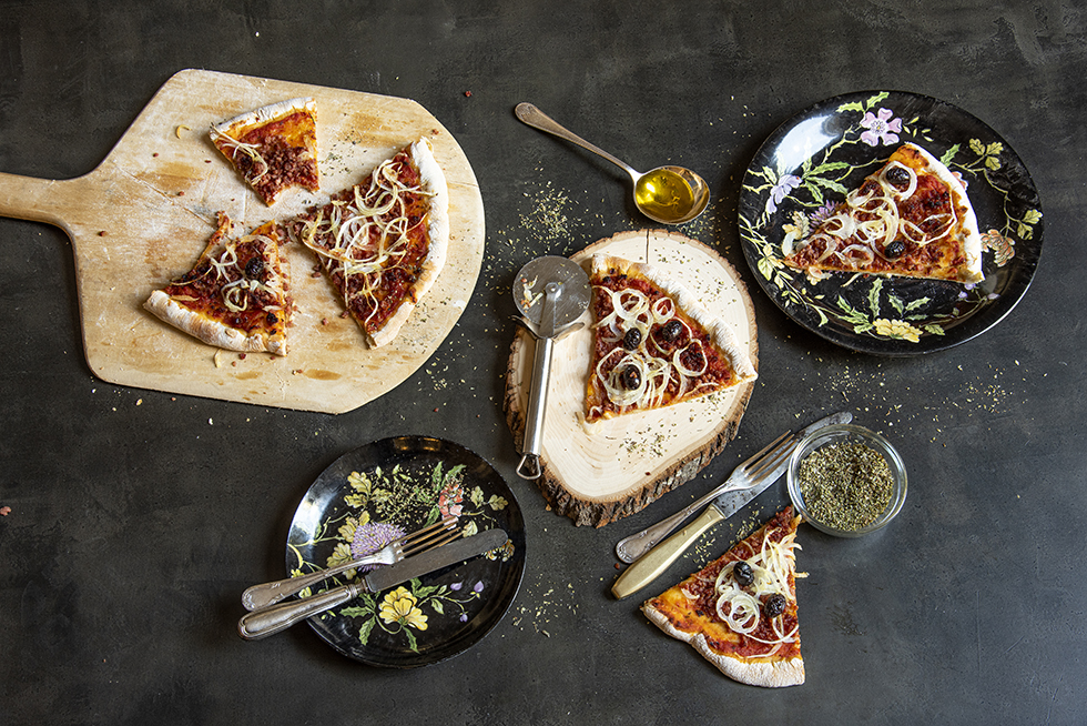 Pizza de Fermentação Lenta de Linguiça Calabresa, Cebola e Azeitona Preta