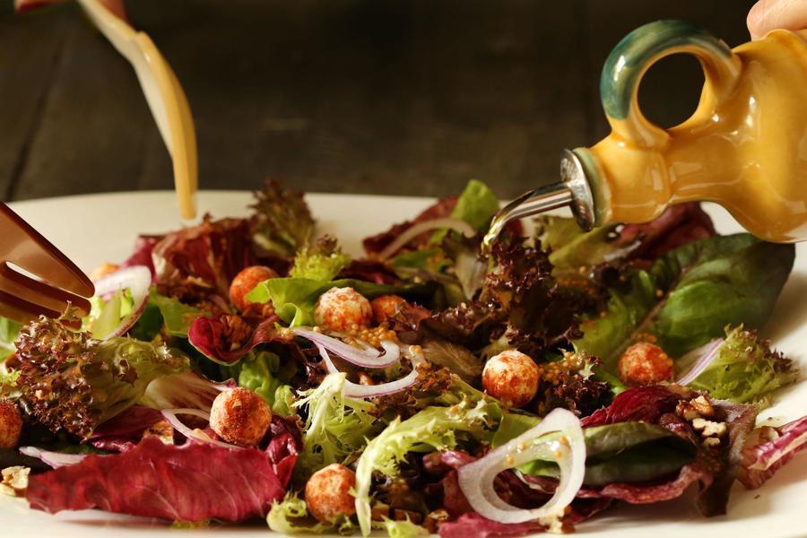 Salada de Folhas Vermelhas com Pecãs e Bolinhas de Queijo