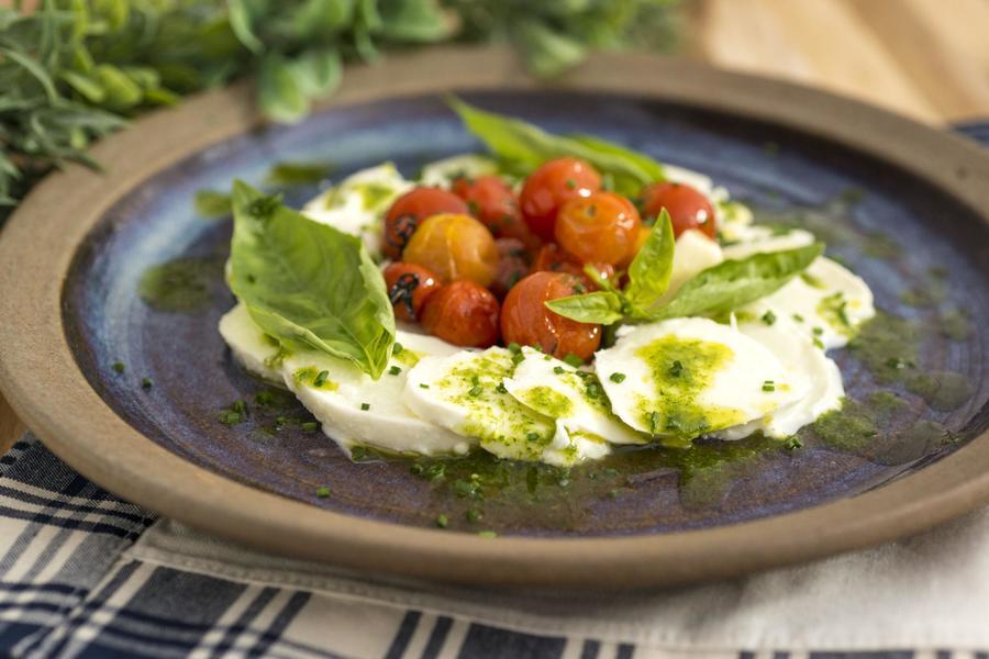 Carpaccio de Mussarela de Búfala com Confit de Tomate-Cereja e Molho Pesto
