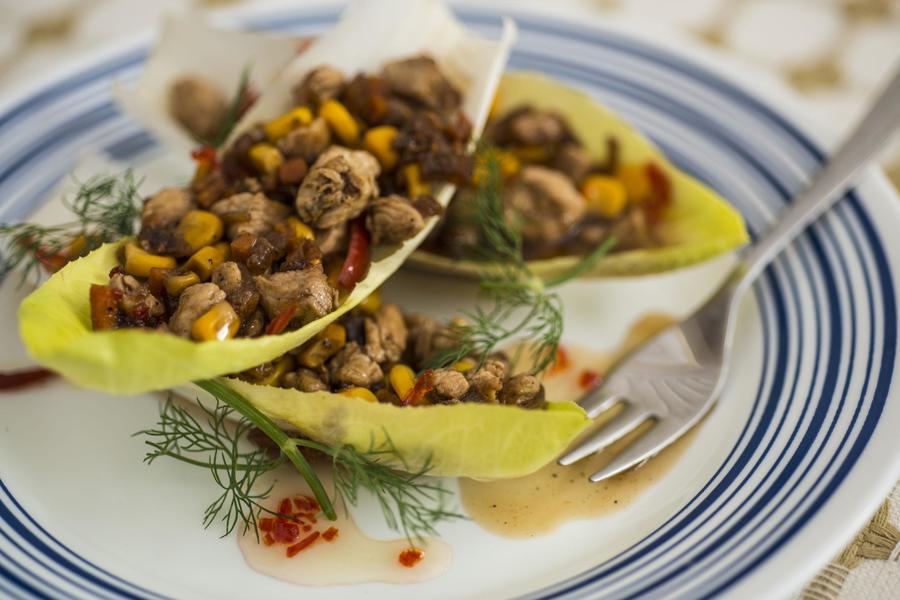 Salada de Frango Thai em Barquete de Endívia