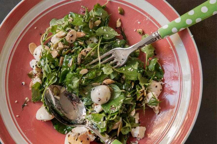 Salada de Agrião com Ovo de Codorna, Ricota e Sementes