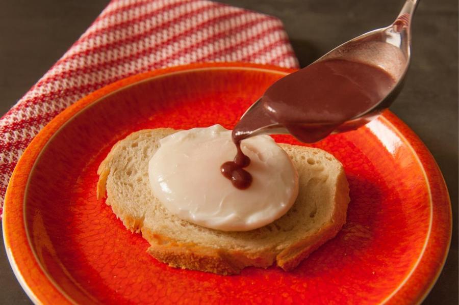 Ovos Pochês com Molho de Vinho Tinto