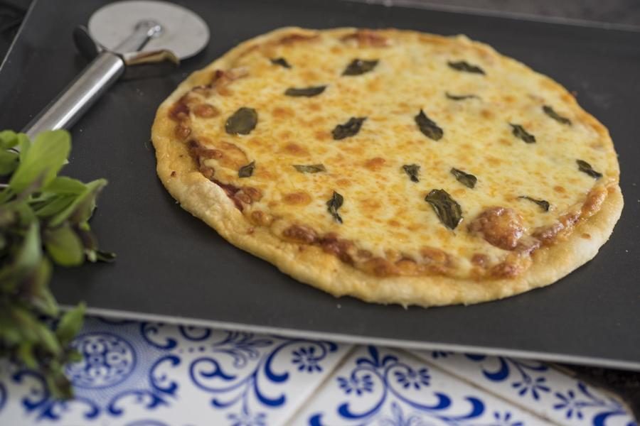 Pizza de Mussarela com Manjericão