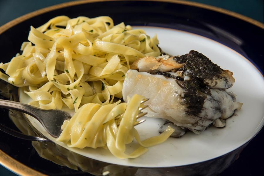Bacalhau Negro com Fettuccine na Manteiga