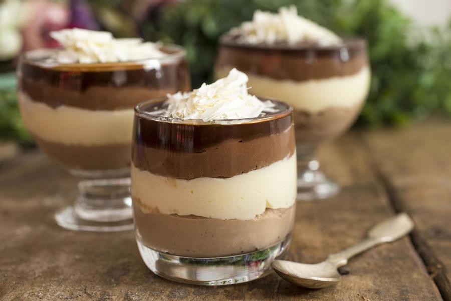 Mousse dos Três Chocolates com Calda de Café