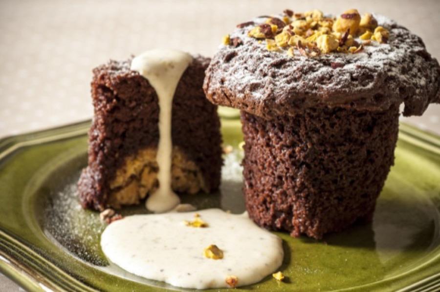 Suflê de Chocolate com Recheio de Chocolate Branco e Calda de Pistache