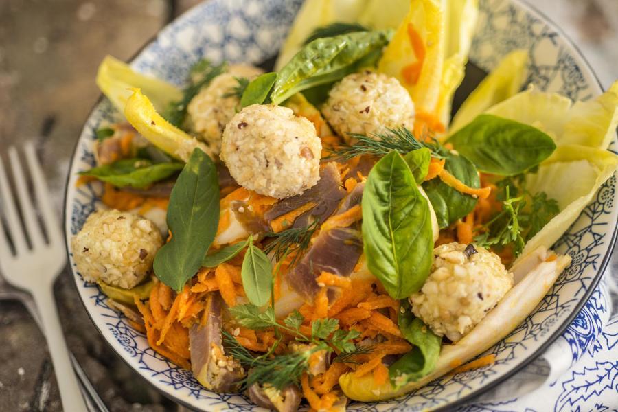Salada com Prosciutto, Bolas de Queijo e Molho de Cenoura