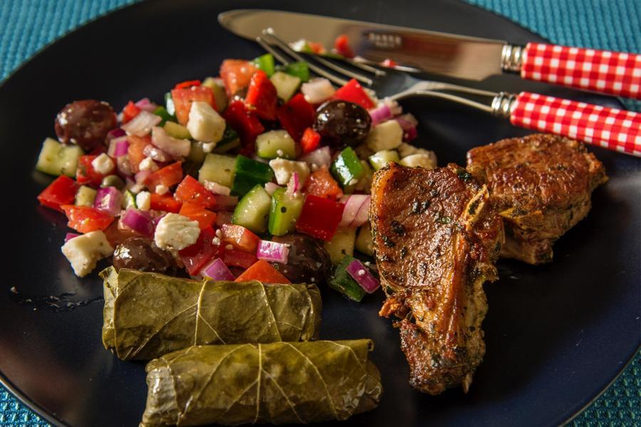 Bistecas de Cordeiro na Grelha com Salada Grega