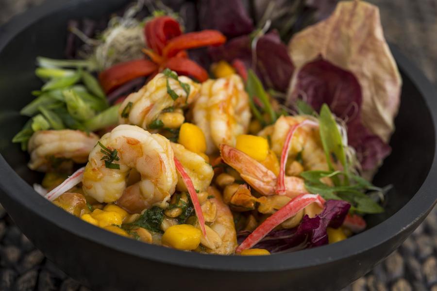 Salada de Manga com Camarão, Amendoim e Hortelã (Yam Mamuang)