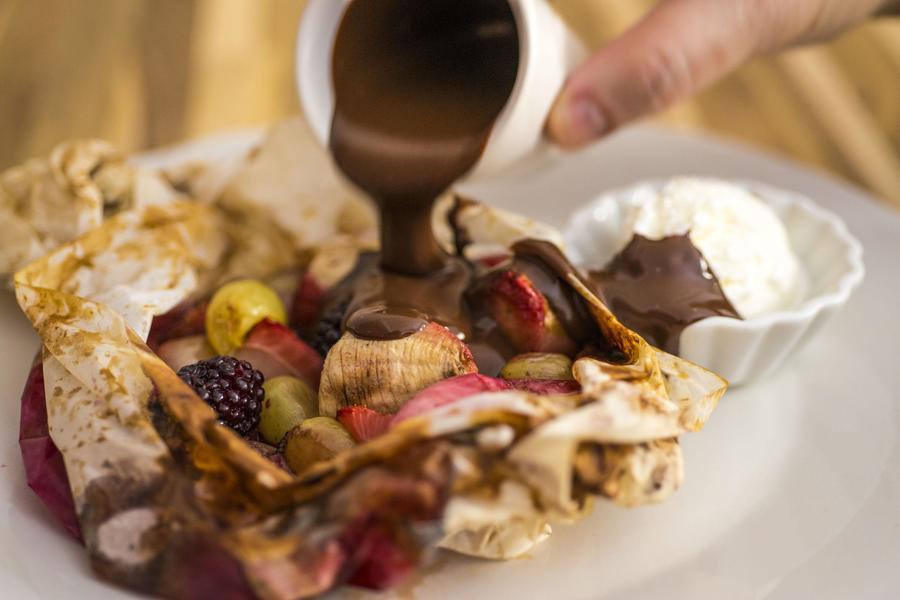 Papillotte de Frutas com Sorvete de Coco e Calda de Chocolate