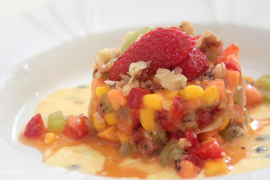 Tartare de Frutas ao Coulis de Maracujá e Iogurte