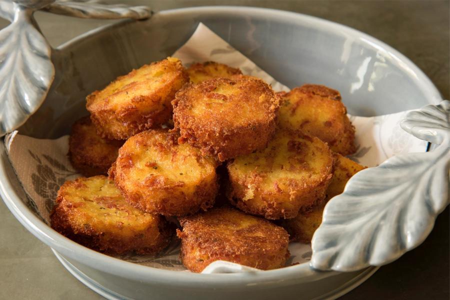 Crostini de Polenta com Tomilho, Salame e Parmesão