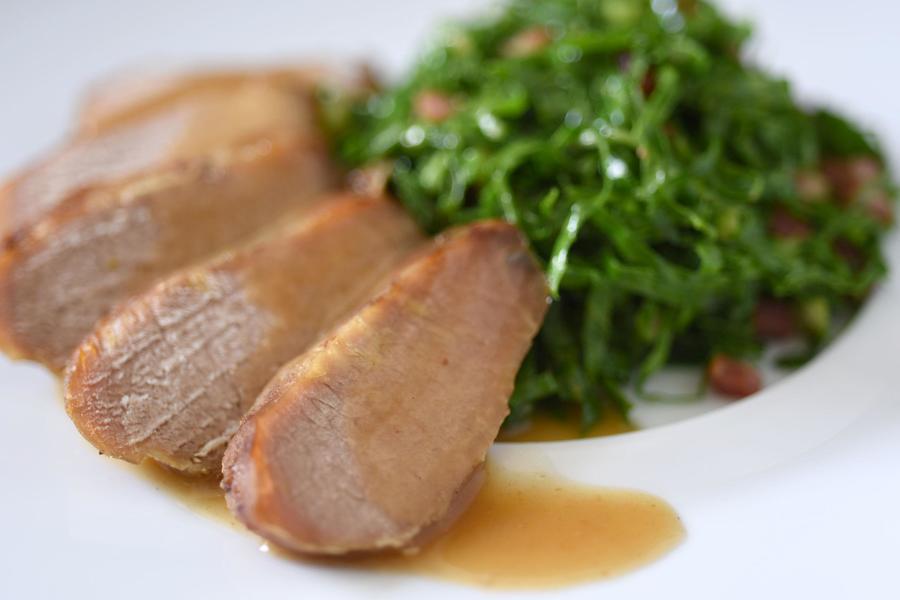 Lombo de Javali e Couve Refogada com Bacon e Laranja